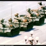 உலகப் புகழ் பெற்ற புகைப்படம் - பீரங்கி டாங்கிகளுக்கு எதிரில்